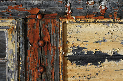 Bermuda Craft Market, Ireland Island North, Bermuda / Bermudes: vieille porte dans la cour intérieure. / Old door in the interior court of the Bermuda Craft Market.