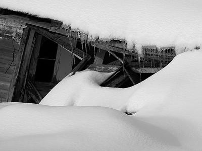 Old structure has crashed under the snow / Ancienne maison écroulée sous la neige.
