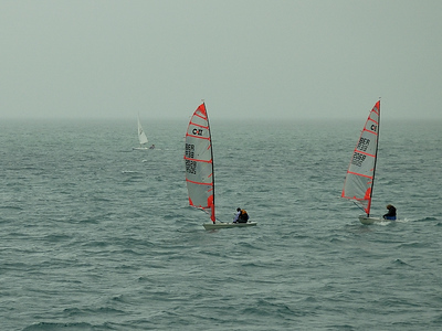Sailing in Great Sound Bermuda on a foggy day / Petits voiliers dans la brume aux Bermudes